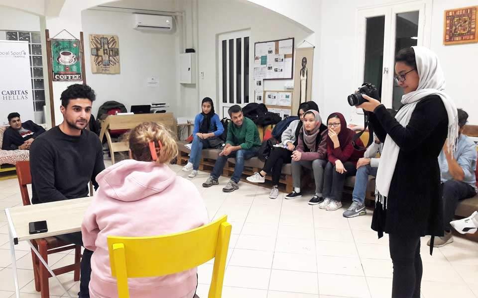 Η ομάδα θεάτρου της Κάριτας Ελλάς στην «Καθημερινή»