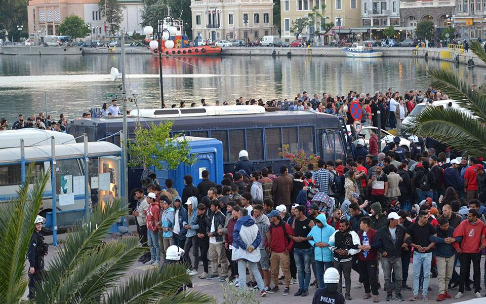 Δεκάδες συλλήψεις προσφύγων μετά τα επεισόδια με ακροδεξιούς στη Λέσβο