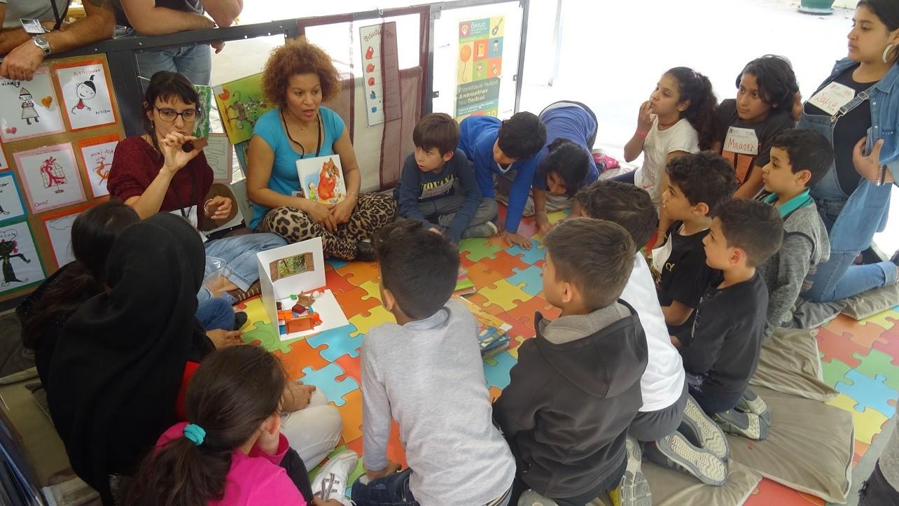 Η «Πλανόδια Βιβλιοθήκη» επισκέφτηκε ξανά το Κοινωνικό Κέντρο της Κάριτας Ελλάς