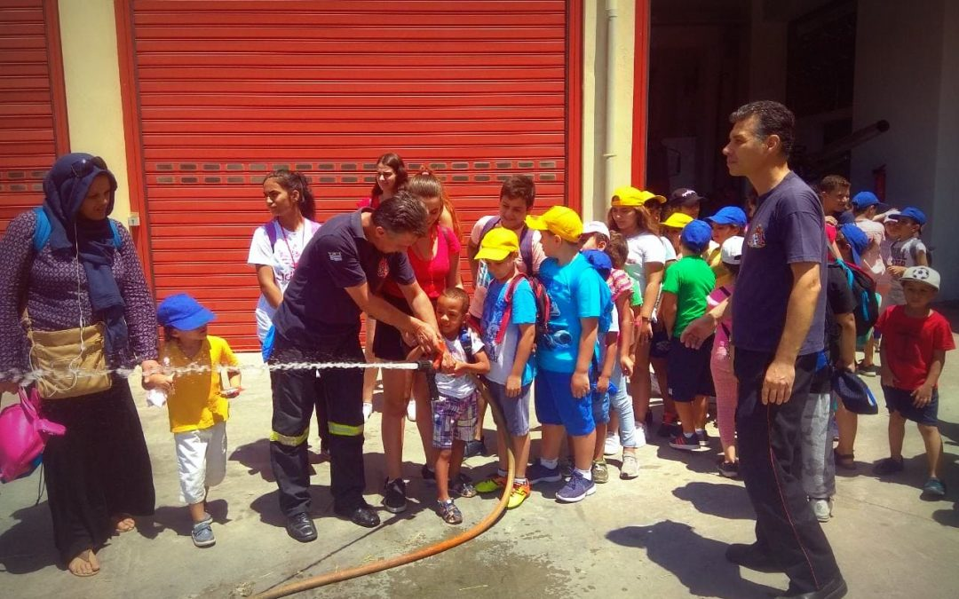 Refugee families hosted in the Neos Kosmos Social House of Caritas Hellas along with families from the local community organised a joint educational visit to the Fire Brigade Museum