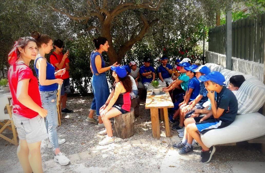 Οικογένειες του ξενώνα φιλοξενίας της Κάριτας Ελλάς στο Νέο Κόσμο μαζί με οικογένειες από την τοπική κοινότητα οργάνωσαν μια κοινή εκδρομή στην Κηποπαιδεία